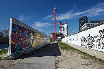 Berlin  Deutschland - An der East-Side-Gallery in Berlin-Friedrichshain.