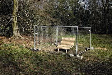 Abgesperrte Parkbank  Duisburg  Ruhrgebiet  Nordrhein-Westfalen  Deutschland