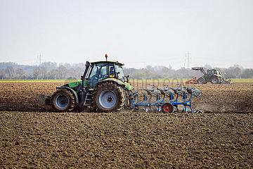 Landwirtschaft  Traktor pfluegt ein Feld  Kempen  Niederrhein  Nordrhein-Westfalen  Deutschland