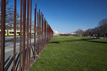 Berlin  Deutschland - Gedenkstaette Berliner Mauer mit Nachzeichnung der Grenzmauer.