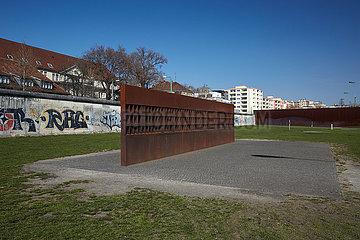 Berlin  Deutschland - Fenster des Gedenkens in der Gedenkstaette Berliner Mauer.