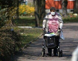 Alte Frau mit Mundschutz