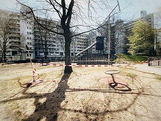 Lockdown-Wie lange noch? Gesperrter Spielplatz in Eimsbüttel