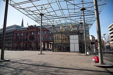 Deutschland  Bremen - Leere Innenstadt durch Corona  rechts eine verzagte Obdachlose