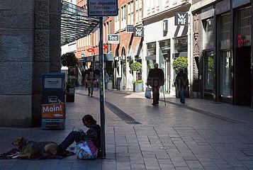 Deutschland  Bremen - Die Innenstadt von Corona ziemlich leergefegt  links eine Obdachlose mit Hund
