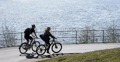 Freizeit am Aasee zu Zeiten der Coronakrise  Muenster  Nordrhein-Westfalen  Deutschland