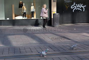 Deutschland  Bremen - Die Fussgaengerzone Obernstrasse in der Innenstadt von Corona leergefegt  Tauben spazieren und picken ungestoert