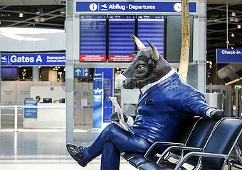 Menschenleere Abflughalle am Flughafen Duesseldorf  Bullen-Werbefigur mit Mundschutz  Nordrhein-Westfalen  Deutschland