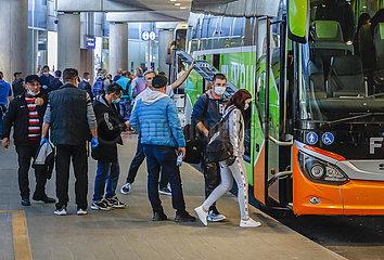 Rumaenische Erntehelfer landen mit Sondermaschinen am Flughafen Duesseldorf  Nordrhein-Westfalen  Deutschland