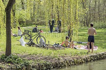 Sonnenbaden im Englischen Garten  Muenchen  Ostern 2020