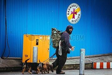 Obdachloser vor der Bahnhofsmission am Hamburger Hauptbahnhof