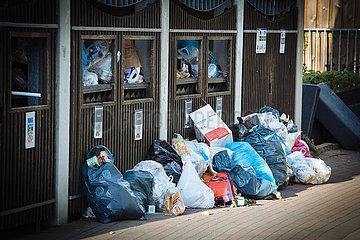 Müllberge vor Sammelcontainern