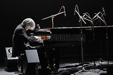 Ryuichi Sakamoto THE NEW GENERATION - PLAYING THE PIANO