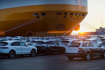 Deutschland  Bremerhaven - Neuwagen warten auf dem Gelaende der BLG die Verschiffung  im Bild carfeeder der Spedition Grimaldi Lines