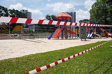 Singapur  Republik Singapur  Abgesperrter Spielplatz waehrend Covid-19 Massnahmen