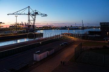 Deutschland  Bremerhaven - Wendebecken im Ueberseehafen  Rotoren fuer Windraeder  links Container Terminal Bremerhaven