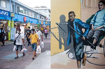 Singapur  Republik Singapur  Maenner mit Mundschutz gehen an einem Wandbild vorbei