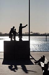 Deutschland  Bremerhaven - Das Auswandererdenkmal an der Muendung der Weser zur Nordsee. Millionen Europaeer verliessen hier den Kontinent Richtung Amerika
