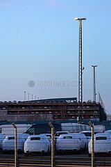 Deutschland  Bremerhaven - Neuwagen beim Ueberseehaven warten auf dem Gelaende einer Spedition auf den Weitertransport