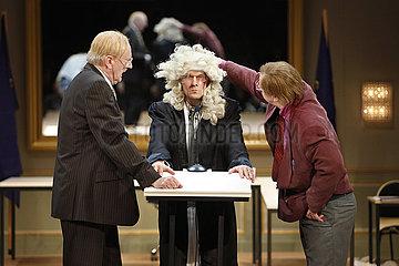 Maxim Gorki Theater Berlin DER ZERBROCHNE KRUG