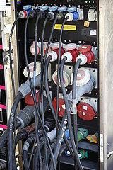 Doha  Katar  Stromverteiler in einem Uebertragungswagen