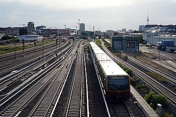 Berlin  Deutschland  S-Bahn der Linie 7 auf dem Weg zum Bahnhof Warschauer Strasse