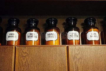 Krakau  Polen  Medizinflaschen mit Sulfatsalzen in einem Museum