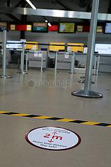 Berlin  Deutschland  Auswirkungen der Coronapandemie: Bitte am Check-in des Flughafen Berlin-Tegel auf das Einhalten des Sicherheitsabstandes zwischen den Passagieren