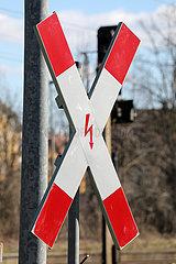 Zossen  Deutschland  Andreaskreuz mit Hochspannungssymbol