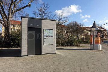 Berlin  Deutschland  Berliner Toilette und Werbesaeule der Wall AG am Attilaplatz