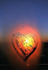Berlin  Deutschland  Herz wurde auf eine beschlagene Fensterscheibe gemalt