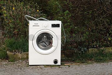 Berlin  Deutschland  defekte Waschmaschine steht auf einem Gehweg