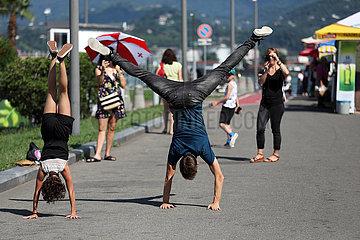 Batumi  Georgien  Kinder machen auf einer Strasse einen Handstand