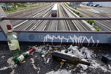 Berlin  Deutschland  leere Flaschen  Zigarettenstummel und Papier liegen am Rand einer Bruecke