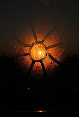 Berlin  Deutschland  Sonne wurde auf eine beschlagene Fensterscheibe gemalt