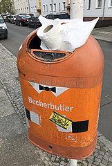 Berlin  Deutschland  Klopapierrolle steckt in einem Abfalleimer der BSR