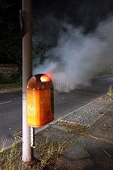 Berlin  Deutschland  Muelleimer der BSR brennt in der Nacht