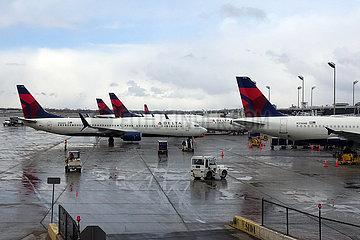 Minneapolis  USA  Flugzeuge der Delta Airlines auf dem Vorfeld des Flughafen
