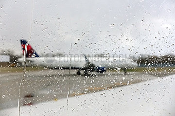 Minneapolis  USA  Flugzeug der Delta Airlines schimmert schemenhaft durch eine mit Regentropfen benetzte Fensterscheibe