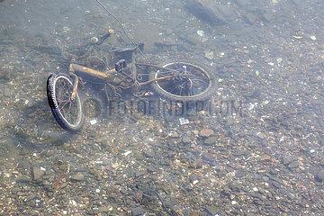Hongkong  China  kaputtes Fahrrad liegt im Wasser