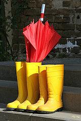 Neuenhagen  Deutschland  Regenschirm und Gummistiefel auf einer Treppe