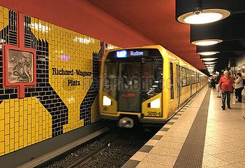 Berlin  Deutschland  U Bahn der Linie 7 faehrt in den Bahnhof Richard-Wagner-Platz ein