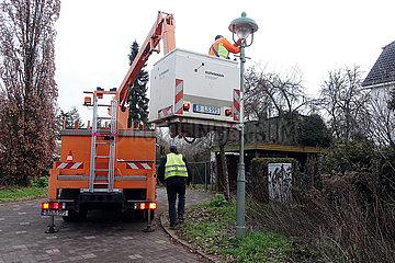 Berlin  Deutschland  Strassenlaterne wird repariert