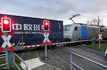 Biederitz  Deutschland  Gueterzug des China Railway Express passiert einen geschlossenen Bahnuebergang