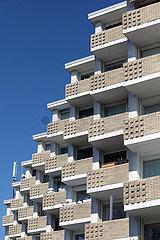 Berlin  Deutschland  Balkone eines Mehrfamilienhauses