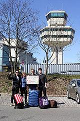 Berlin  Deutschland  Rueckholung geglueckt: Familie ist nach der Ankunft des juengsten Sohnes am Flughafen Tegel gluecklich wiedervereint
