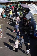 Berlin  Deutschland  Menschen stehen auf dem Wochenmarkt am Kranoldplatz in einer Warteschlange