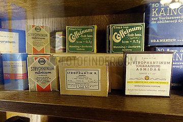 Krakau  Polen  historische Medikamentenpackungen in einem Museum
