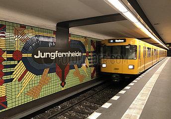 Berlin  Deutschland  U Bahn der Linie 7 faehrt in den Bahnhof Jungfernheide ein