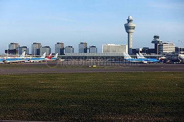 Amsterdam  Niederlande  Blick auf Terminal und Tower des Flughafen Schiphol